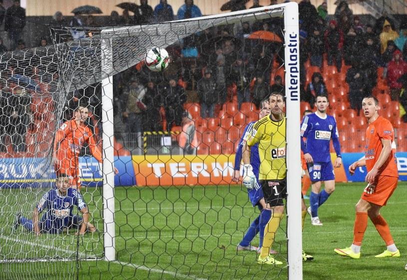 Piłkarze Piasta Gliwice i Termaliki spoglądają na piłkę, która przed chwilą wpadła do bramki drużyny z Gliwic /Jacek Bednarczyk /PAP
