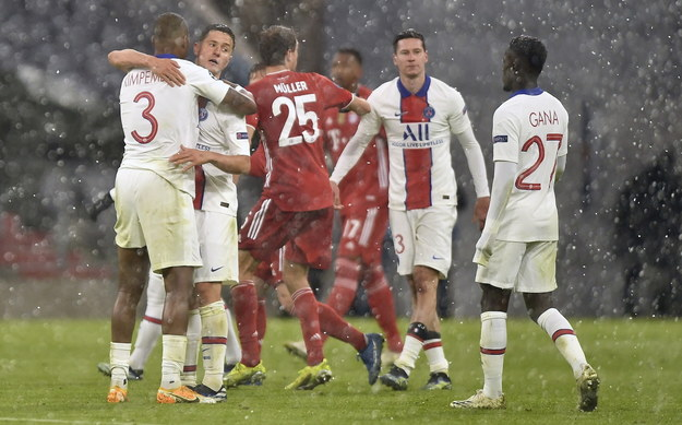 Piłkarze PSG cieszą się ze zwycięstwa /LUKAS BARTH-TUTTAS /PAP/EPA