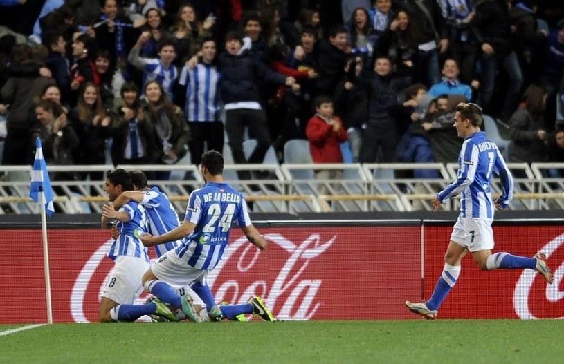 Piłkarze Real Sociedad San Sebastian cieszą się ze zdobycia gola w meczu z Barceloną /AFP
