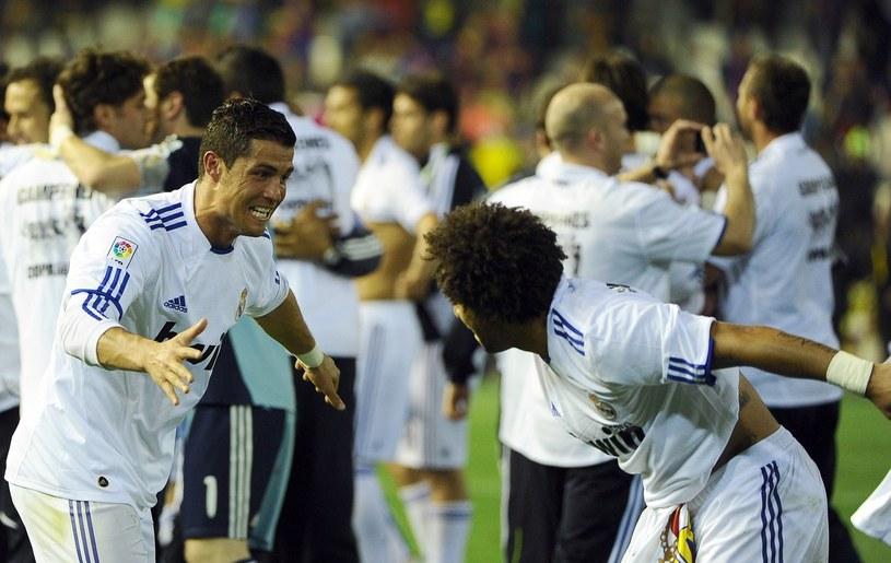 Piłkarze Realu celerbują zdobyte trofeum na murawie Estadio Mestalla /AFP