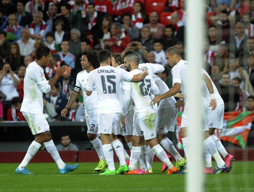 Piłkarze Realu Madryt cieszą się z gola strzelonego w Bilbao /AFP