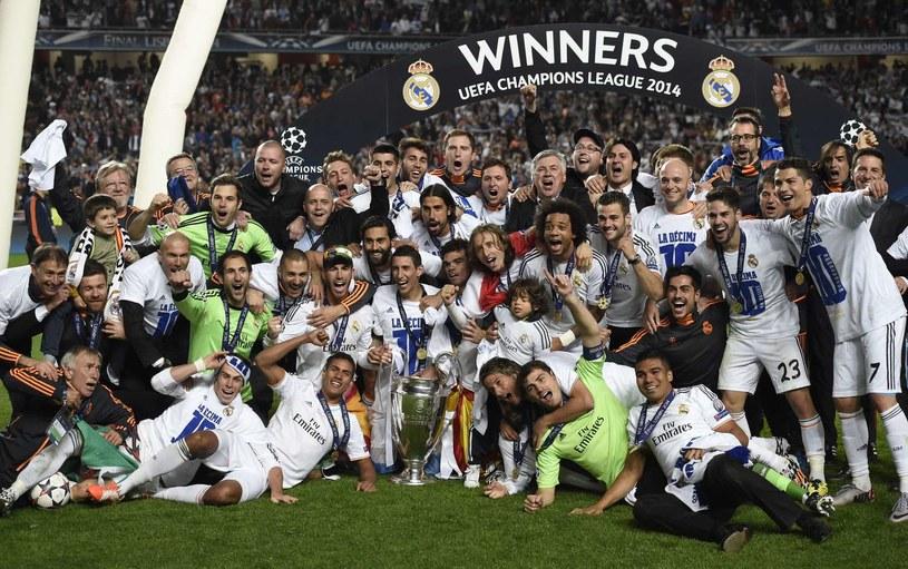 Piłkarze Realu Madryt cieszą się ze zdobycia Pucharu Europy /AFP