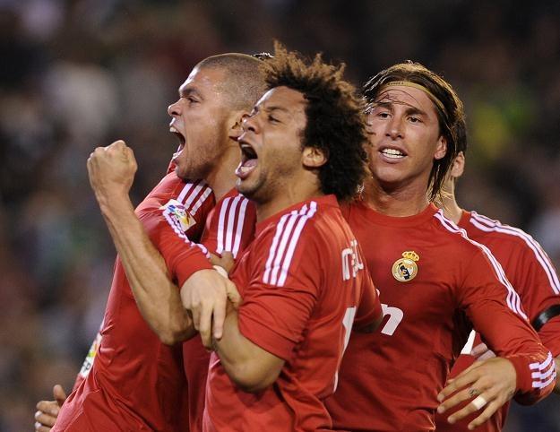 Piłkarze Realu Madryt cieszyli się z pokonania Betisu, choć pomógł im sędzia /AFP