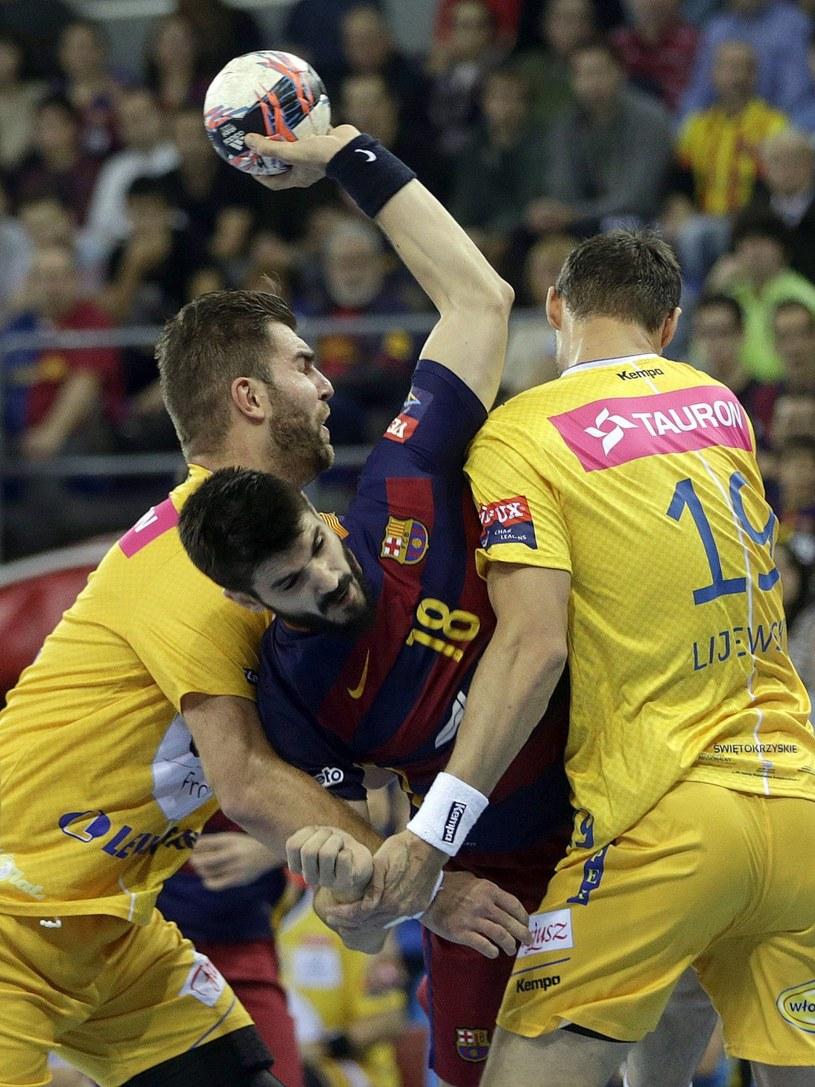 Piłkarze ręczni Vive Tauronu Kielce blokuą Eduarda Gurbinda z Barcelony /PAP/EPA