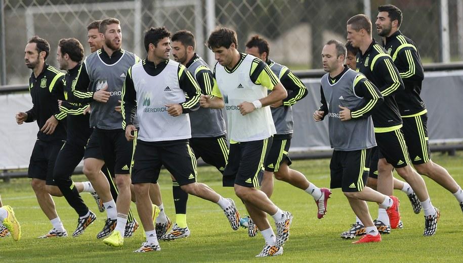 Piłkarze reprezentacji Hiszpanii w czasie treningu /JUANJO MARTIN /PAP/EPA