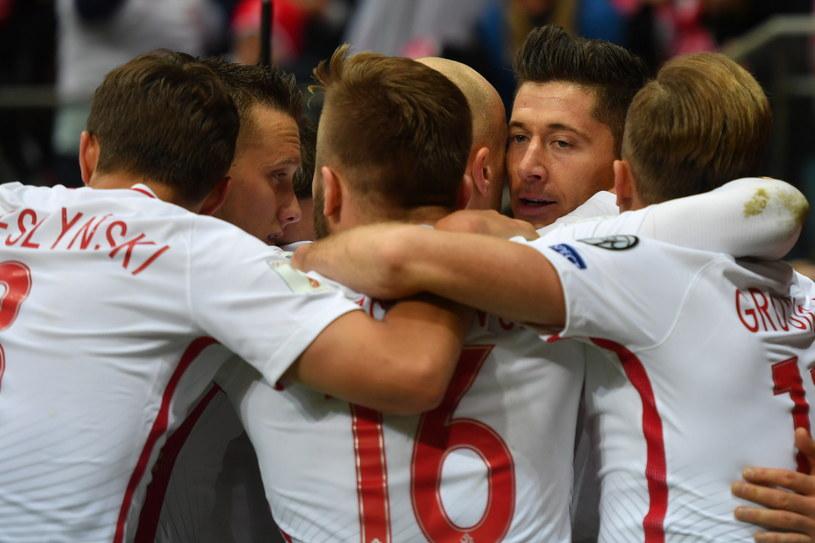Piłkarze reprezentacji Polski cieszą się z awansu na MŚ w Rosji /Bartłomiej Zborowski /PAP