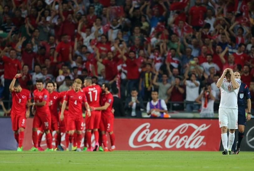 Piłkarze reprezentacji Turcji cieszą się z gola strzelonego Holandii /AFP