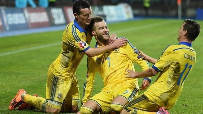 Piłkarze reprezentacji Ukrainy cieszą się z gola /AFP
