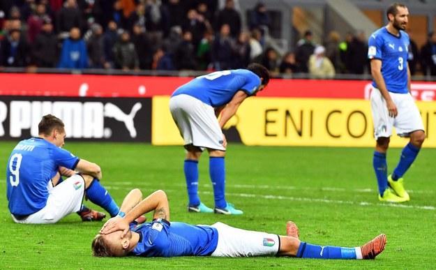 Piłkarze reprezentacji Włoch po zakończeniu pojedynku ze Szwedami w Mediolanie /DANIEL DAL ZENNARO  /PAP/EPA