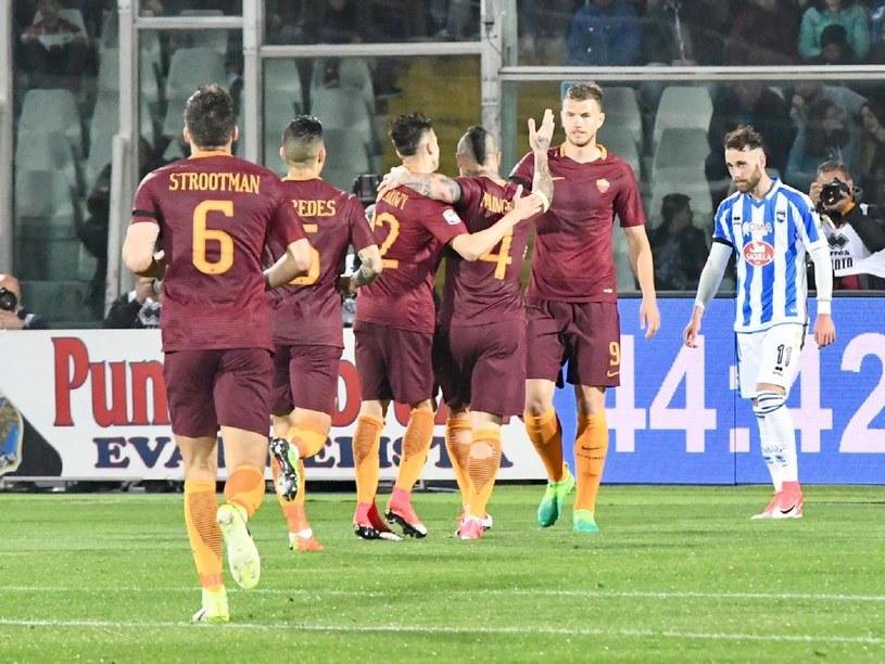 Piłkarze Romy cieszą się ze zdobytej bramki /CLAUDIO LATTANZIO /PAP/EPA