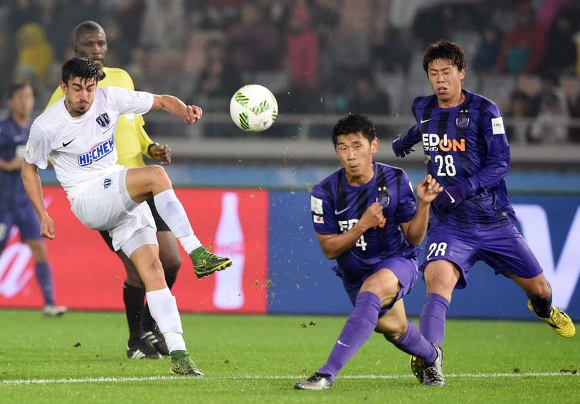 Piłkarze Sanfrecce Hiroshima (na fioletowo) wywalczyli awans /AFP