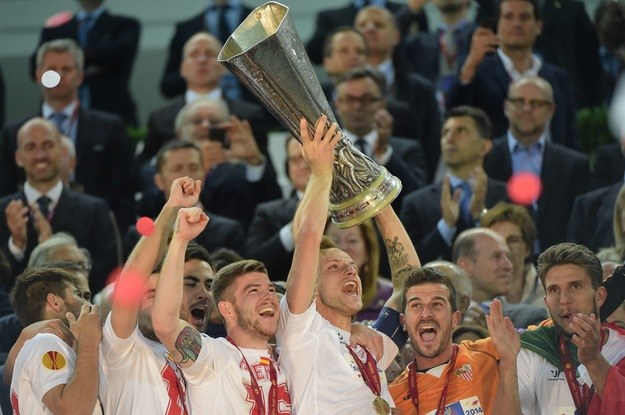 Piłkarze Sevilli z pucharem Ligi Europejskiej /AFP