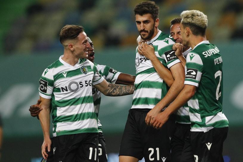 Piłkarze Sportingu celebrują zwycięską bramkę Paulinho (w środku) /ANTONIO COTRIM  /PAP/EPA