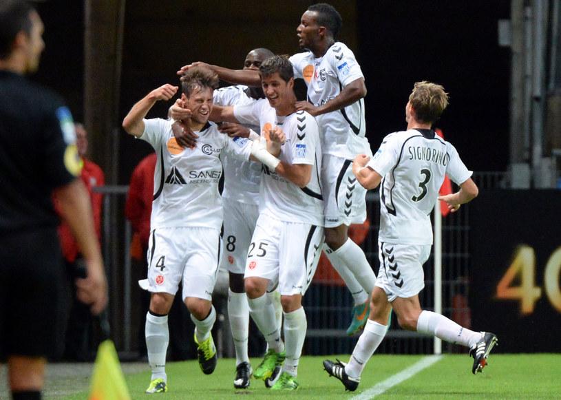 Piłkarze Stade de Reims cieszą się po golu Grzegorza Krychowiaka (z lewej) /AFP