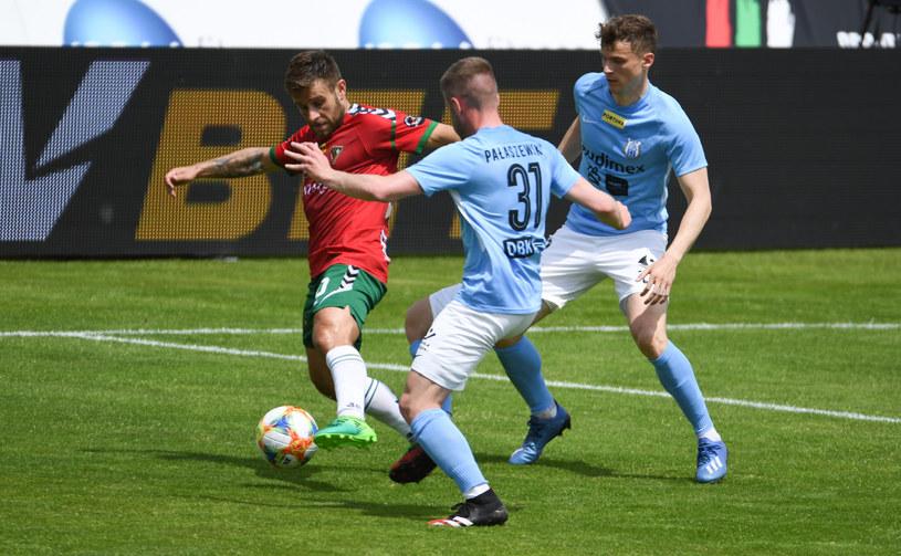 Piłkarze Stomilu (błękitne koszulki) mają nowego szkoleniowca /Michał Dubiel /East News