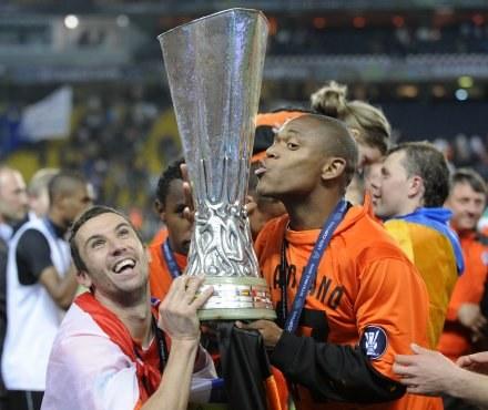 Piłkarze Szachtara z trofeum za triumf w Pucharze UEFA /AFP