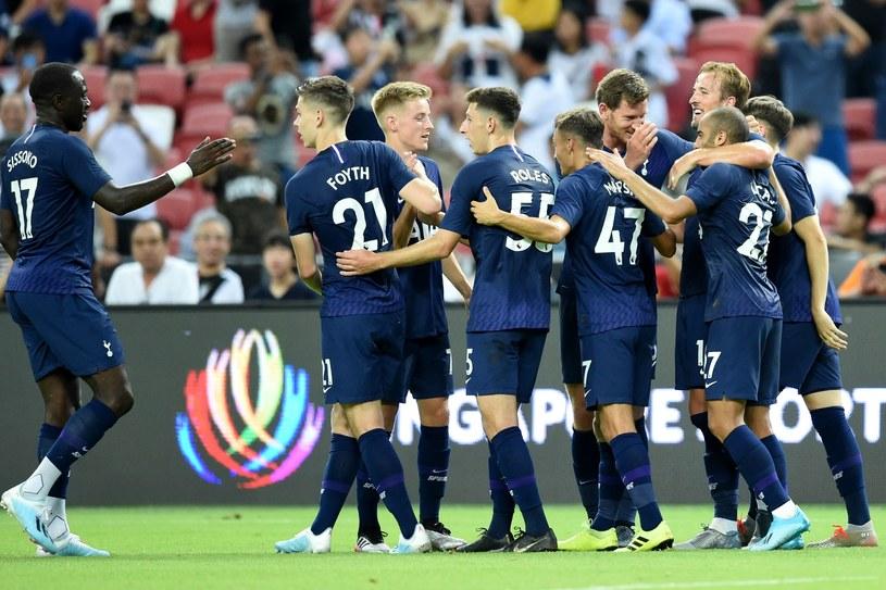 Piłkarze Tottenhamu świętują wygraną po golu Harry'ego Kane'a /AFP