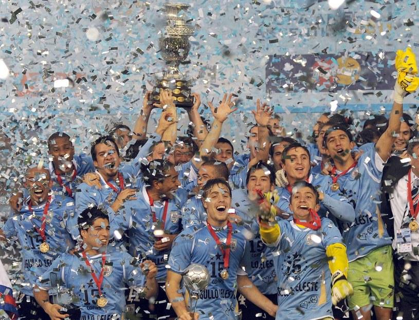 Piłkarze Urugwaju cieszą się z triumfu w Copa America 2011 /AFP
