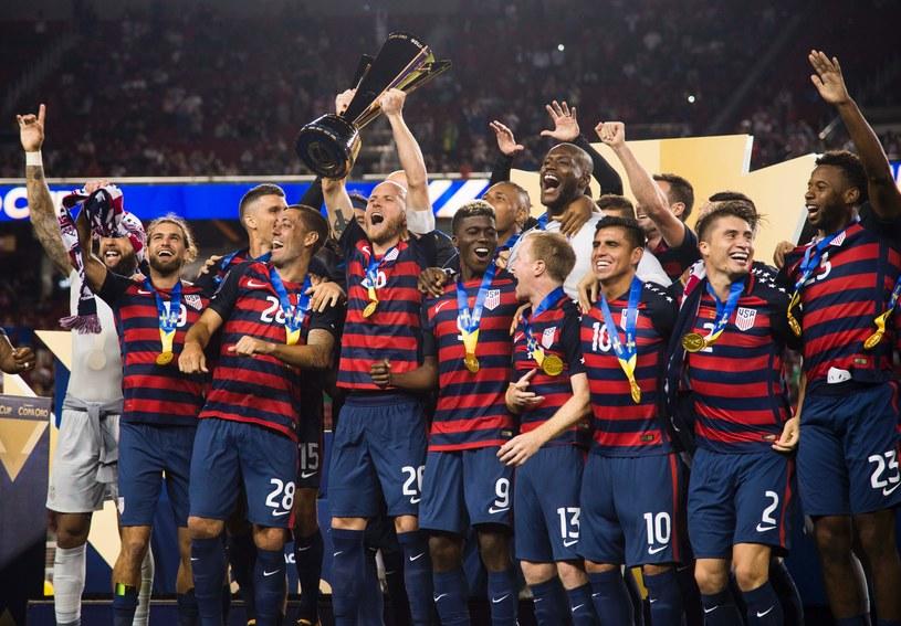 Piłkarze USA z trofeum /AFP