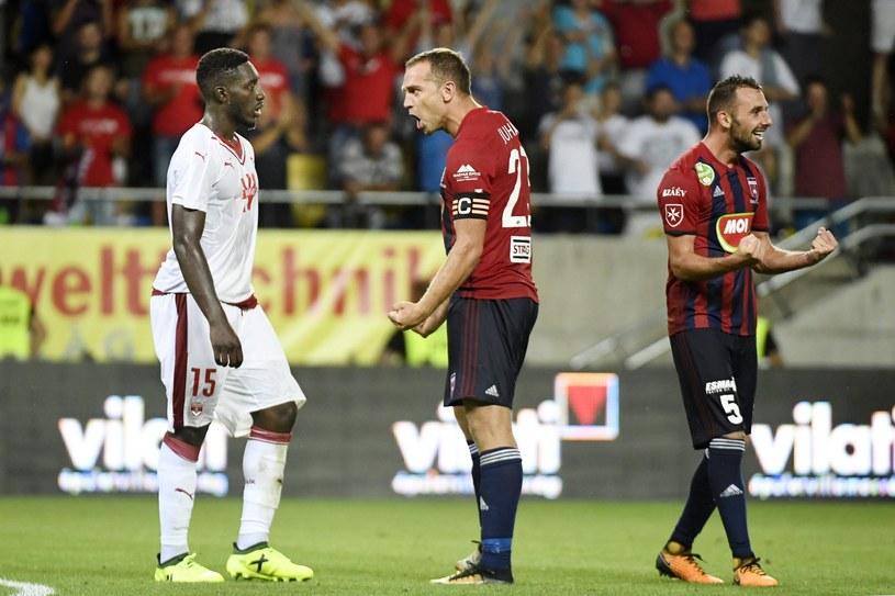 Piłkarze Videotonu - Roland Juhasz (w środku) i Attila Fiola (z prawej) cieszą się podczas meczu z Bordeaux /PAP/EPA