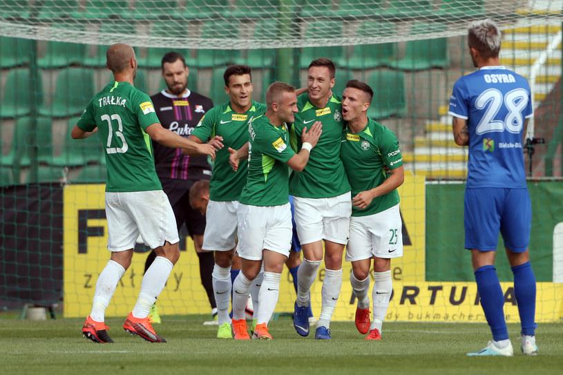 Piłkarze Warty cieszą się z bramki Mateusza Kupczaka /Jakub Piasecki /Newspix