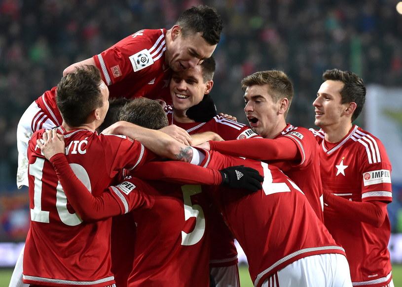 Piłkarze Wisły cieszą się po jednej z bramek strzelonych Jagiellonii /Jacek Bednarczyk /PAP