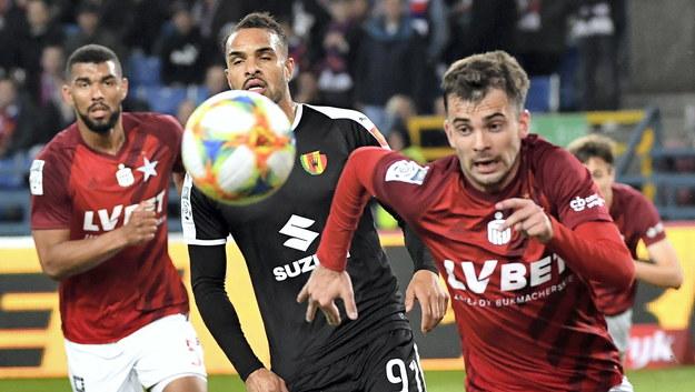 Piłkarze Wisły Kraków Lukas Klemenz (po lewej) i Marcin Grabowski (po prawej) oraz Felicio Brown Forbes ( w środku) z Korony Kielce /Jacek Bednarczyk   /PAP