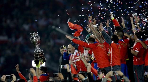 Piłkarze z Chile cieszą się ze zwycięstwa /FERNANDO BIZERRA JR   /PAP/EPA