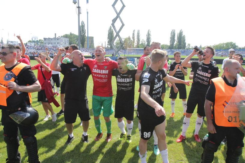 Piłkarze Zagłębia Sosnowiec cieszą się z awansu do Ekstraklasy /Arkadiusz Gola /East News