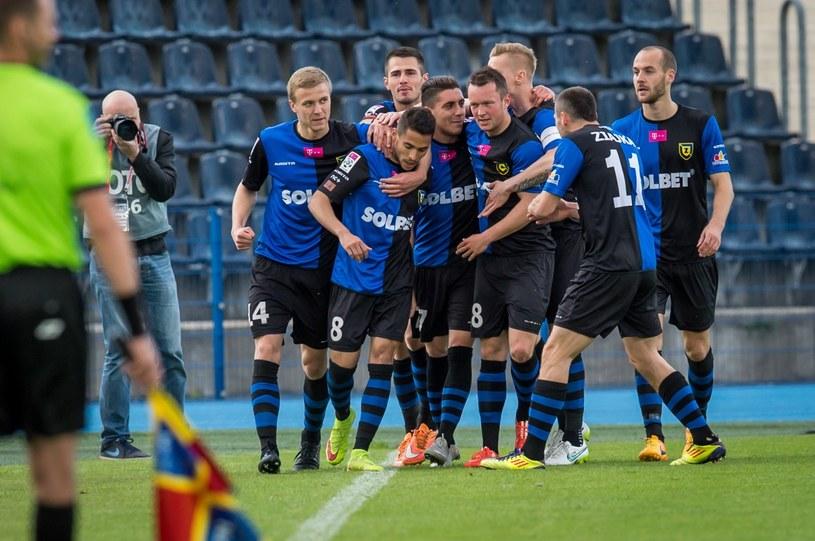 Piłkarze Zawiszy Bydgoszcz cieszą się z gola zdobytego w meczu z Koroną /Tytus Żmijewski /PAP