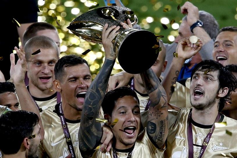 Piłkarze Zenitu St. Petersburg wznoszą trofeum za zwycięstwo w Superpucharze Rosji /ABACA/NEWSPIX.PL /Newspix