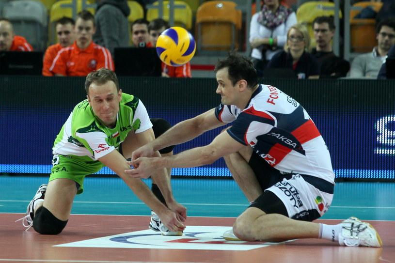Piłkę odbiera Felipe Fonteles i libero Piotr Gacek /Waldemar Deska /PAP