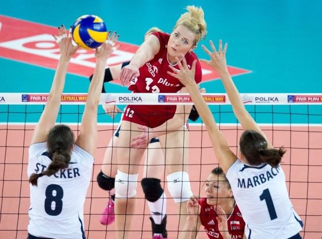 Piłkę zbija atakująca po drugiej stronie siatki Polka Izabela Kowalińska, blokują Szwajcarki Sandra Stocker (L) i Kristel Marbach /Tytus Żmijewski /PAP