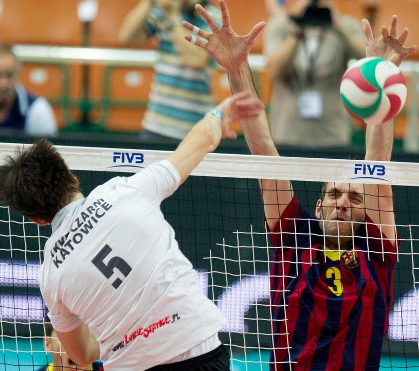 Piłkę zbija atakujący Kamil Pache z Czarnych, blokuje po drugiej stronie siatki Jordi Marce /Andrzej Grygiel /PAP