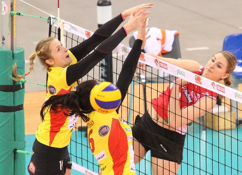 Piłkę zbija Caroline Jarmoc (P) z PGNiG Nafta Piła, blokują Heike Beier (L) i Małgorzata Lis (C) z BKS Aluprofu /Stanisław Rozpędzik /PAP