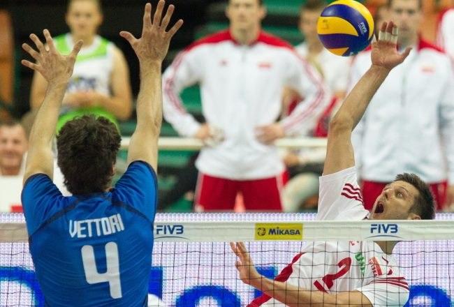 Piłkę zbija gracz reprezentacji Polski Michał Winiarski, blokuje Włoch Luca Vettori /Andrzej Grygiel /PAP