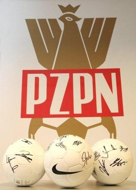 Piłki z podpisami, przekazane przez PZPN /Informacja prasowa