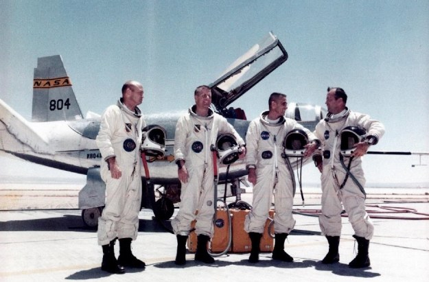 Piloci na tle HL-10 /NASA