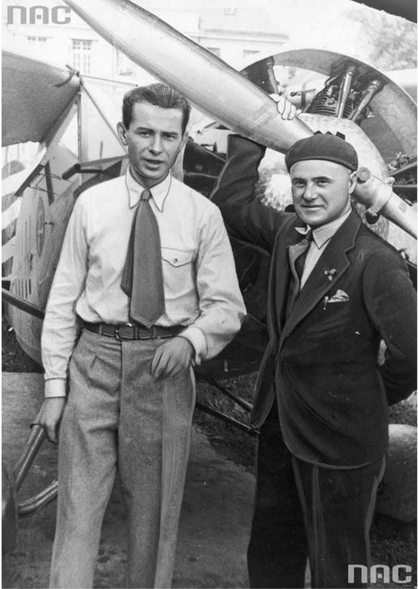 Pilot Franciszek Żwirko (1. z prawej) i konstruktor lotniczy Stanisław Wigura przed samolotem /Ze zbiorów Narodowego Archiwum Cyfrowego