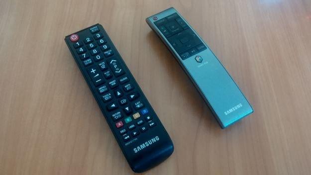 Pilot standardowy (ten po lewej) to dokładnie to samo urządzenie, co w najtańszych telewizorach. Szkoda. Drugi pilot wygląda dobrze /materiały prasowe