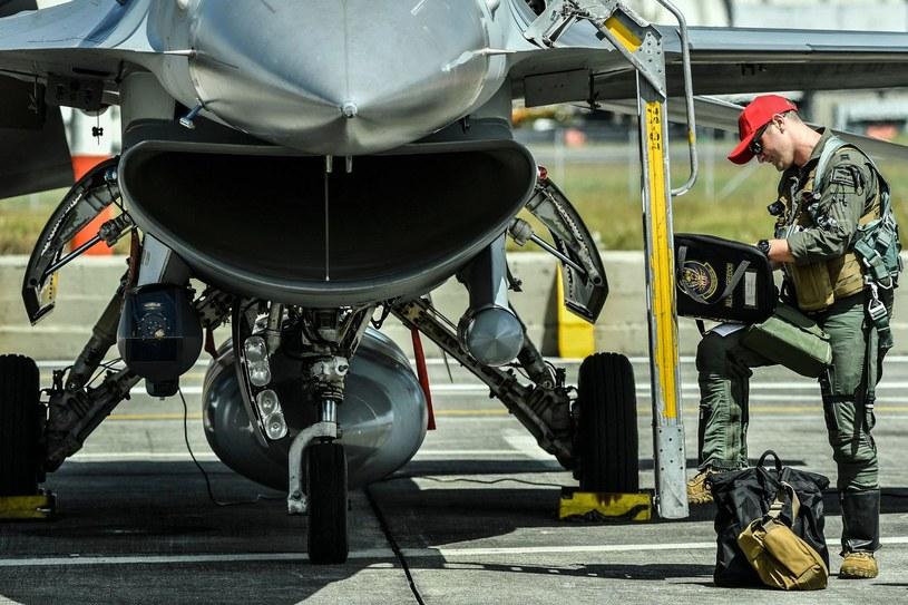 Pilot US Air Force przed samolotem F-16 /AFP