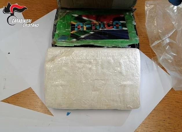 Pilot zrzucił paczkę kokainy z małego samolotu /Carabinieri Oristano /Archiwum