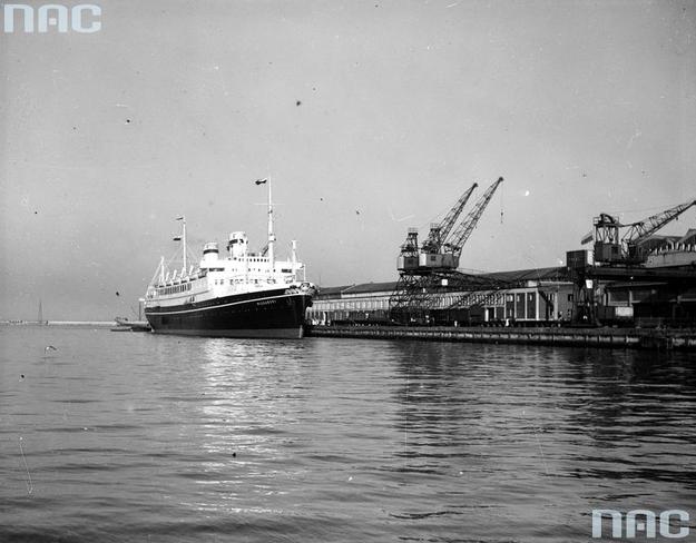 """""""Piłsudski"""" przy nabrzeżu francuskim. Widoczne portowe dźwigi przeładunkowe. /Z archiwum Narodowego Archiwum Cyfrowego"""