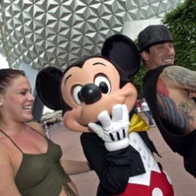 Pink z narzeczonym i Myszką Mickey /AFP