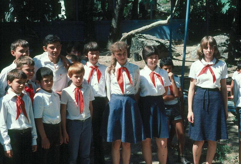 Pionierzy w stroju organizacyjnym, rok 1983, zdj. ilustracyjne, źródło: Wikimedia, http://pl.wikipedia.org/wiki/Organizacja_Pionierska_imienia_W._I._Lenina#/media/File:Sov-pioneer-tajikistan.jpg /Internet