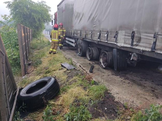 Piorun uderzył w ciężarówkę, eksplodowały opony (PSP Kalisz) /PSP