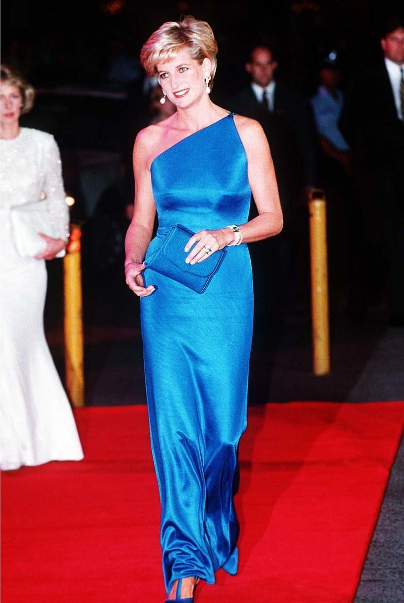 """Piorunujące wrażenie zrobił też nowoczesny """"total look"""" księżnej Diany od Versace. Satynową, niebieską suknię księżna włożyła w 1996 roku. /Tim Rooke/REX Shutterstock /East News"""
