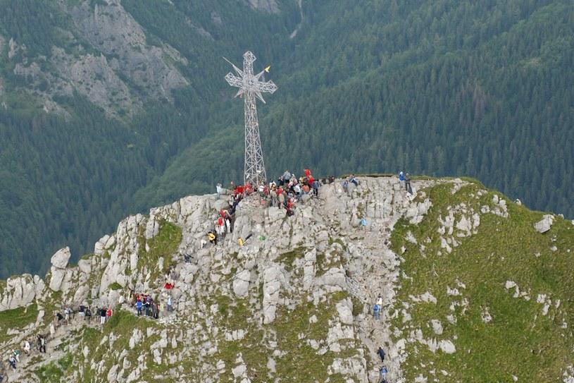 Pioruny bardzo często uderzają w metalowy krzyż na szczycie Giewontu. /Adrian Gładecki /Reporter