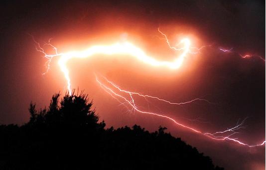 Pioruny wulkaniczne /AFP