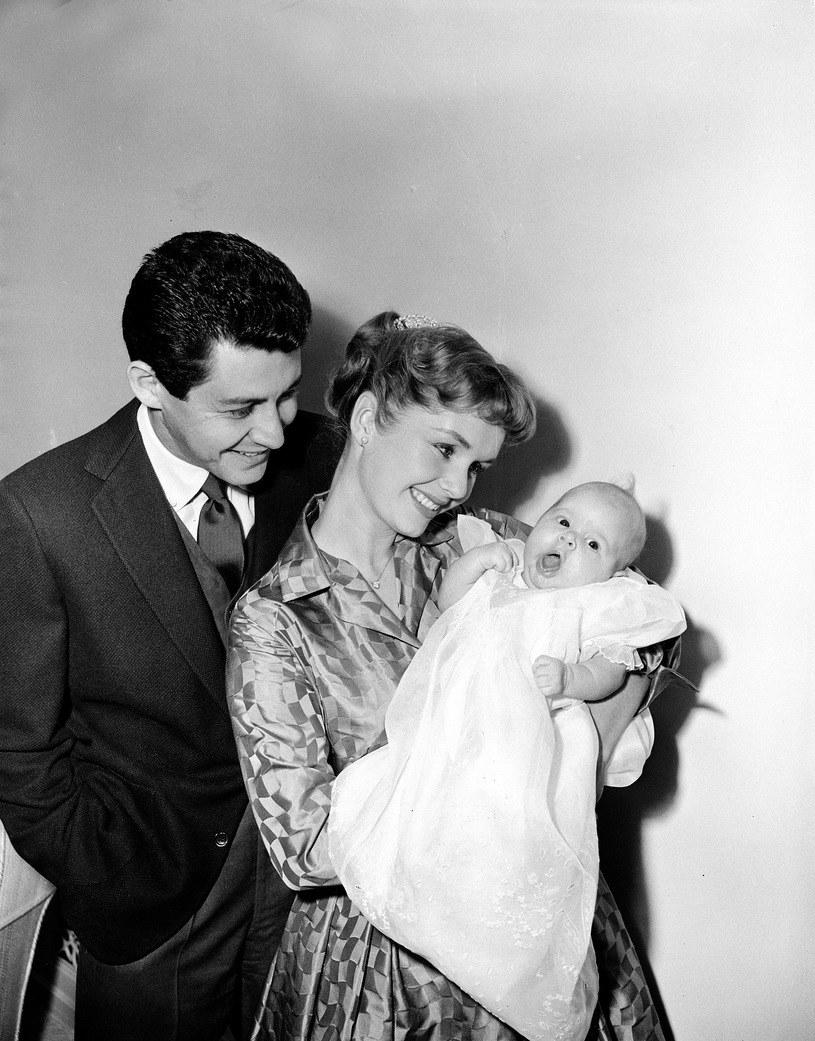 Piosenkarz Eddie Fisher z żoną, aktorką Debbie Reynolds i 2-miesięczną córką Carrie Fisher /ASSOCIATED PRESS/FOTOLINK  /East News